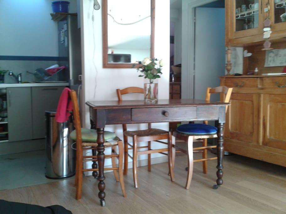 La table où se restaurer attenante à la cuisine.