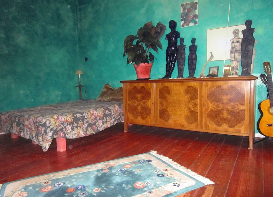 Original Skulpturen(Keramiken) und Malereien in der ganzen Wohnung