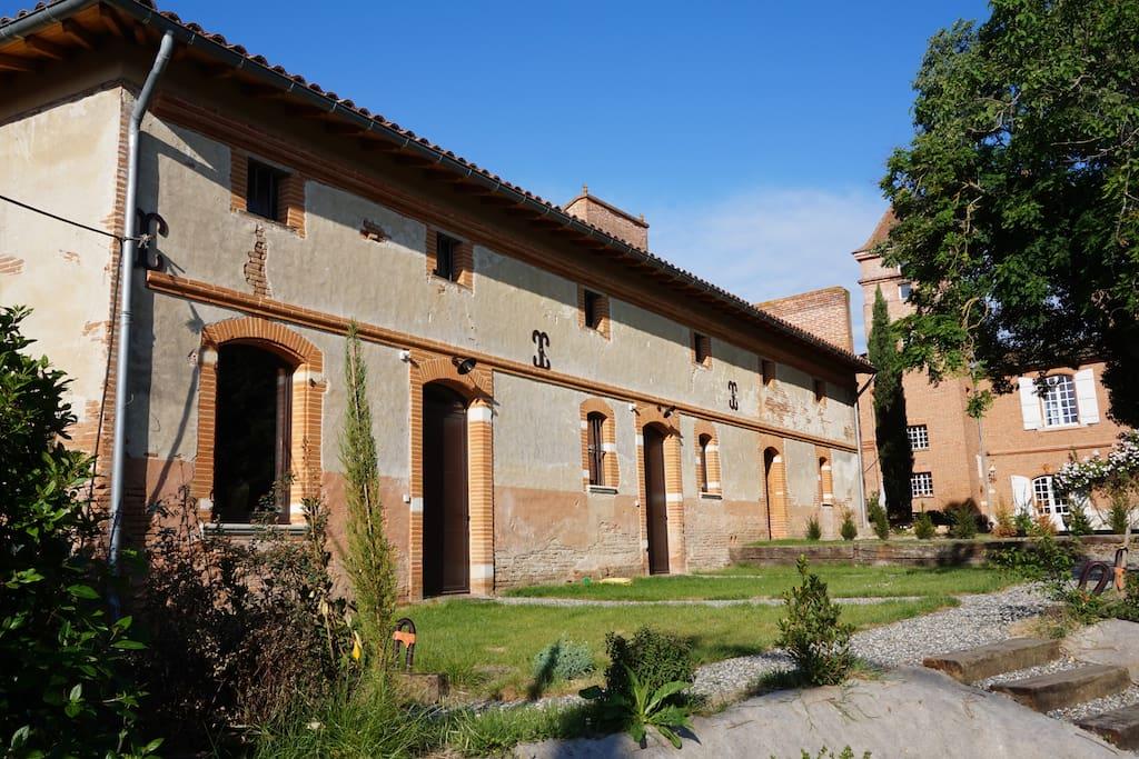 """La façade côté jardin """"dans son jus""""... typique de l'habitat traditionnel toulousain en briques."""