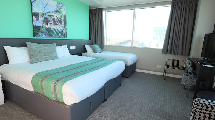City centre twin room with City View close to Motorpoint Arena
