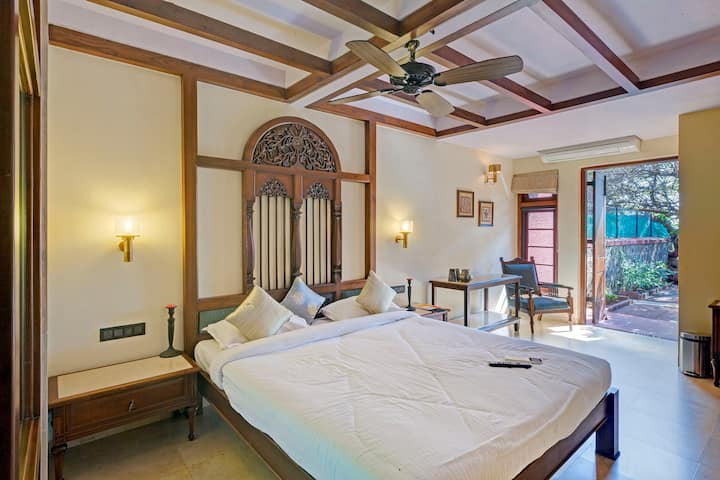 Antique compact room for couples in Mahabaleshwar