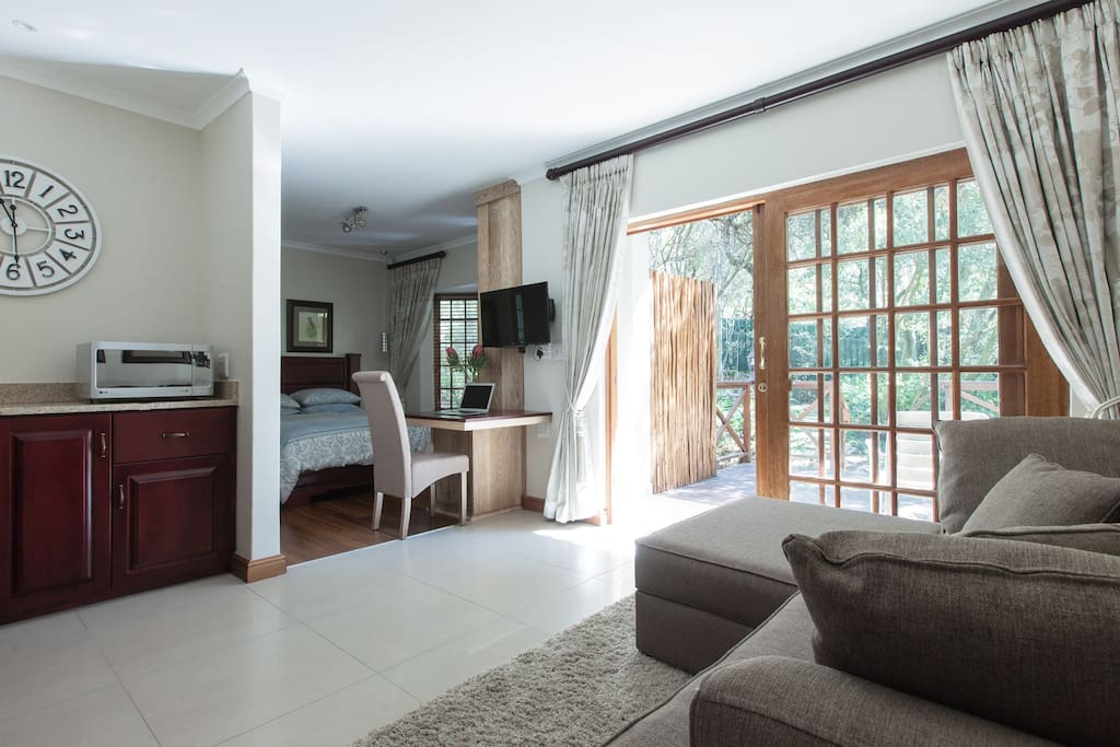 Guineafowl Suite: Sleeping area separate from kitchenette and sitting room area
