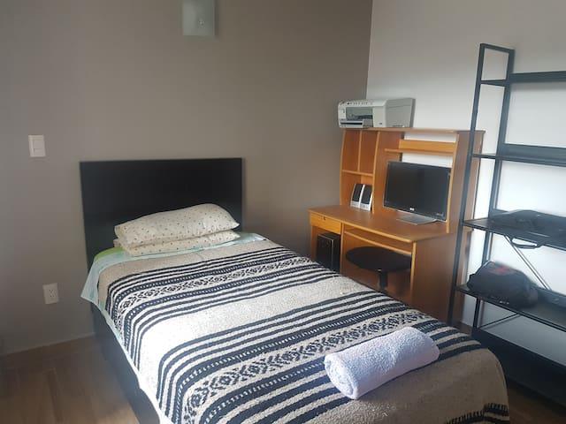 Dormitorio 3 - Cama Individual y zona de trabajo y closet