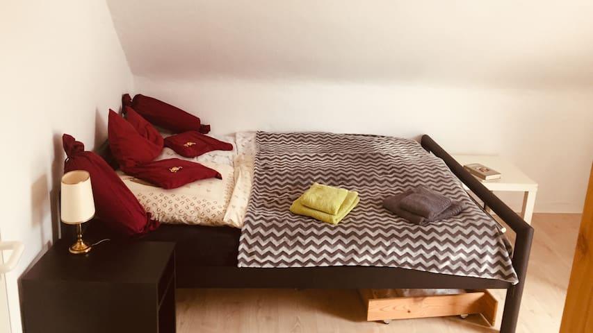 Schlafzimmer 1: Ein Doppelbett, Laptop-Arbeitsplatz, Balkon-Zugang