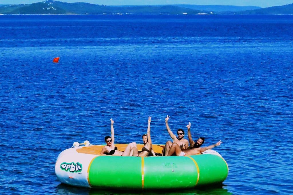 Spaß auf dem Wasser Trampolin Strandsteg Baroni