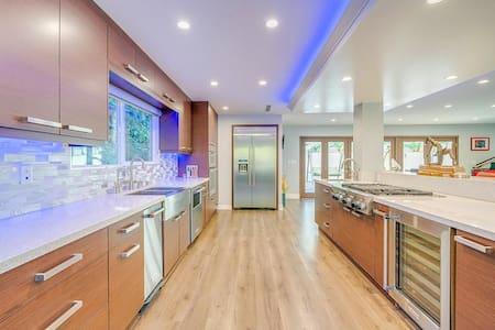 Luxurious Modern 4 Bedroom House in Hills of LA