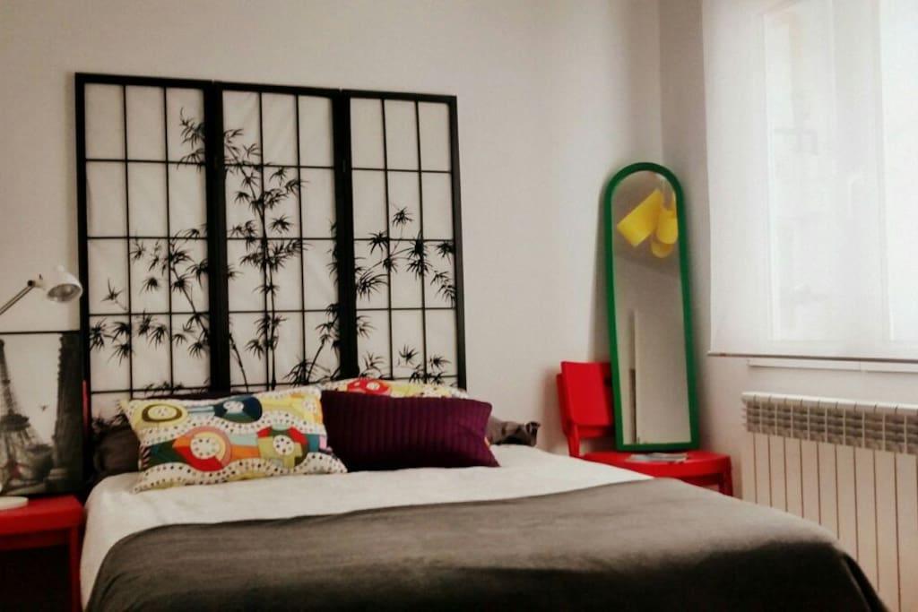 La habitación cuenta con cama de matrimonio