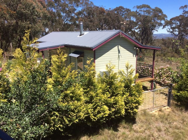 BRIGHT AND COZY BUSH COTTAGE - Mount Victoria