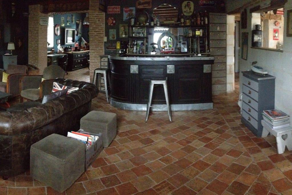 Un salon cheminée bar pour de longues soirées agréables