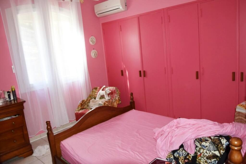 Chambre rose – lit double de 140 cm, TV, climatisation