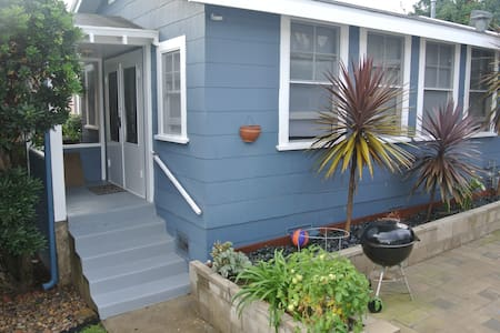 This true Ocean Beach Studio Bungalow is located in a very family friendly neighborhood and is 2 blocks west of Sunset Cliffs Blvd and is 5 blocks to the sand.Surf and play minutes away! 10 minutes to Downtown and the San Diego Convention Center.