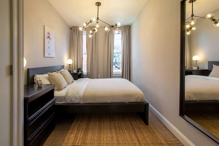 Spacious Queen Room in Petworth