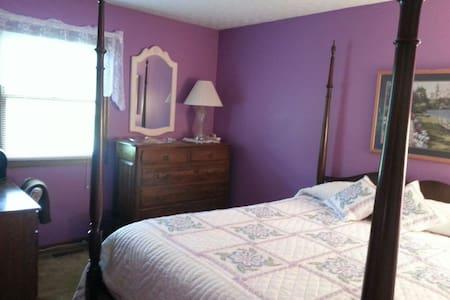 The queen bed guestroom - Columbus