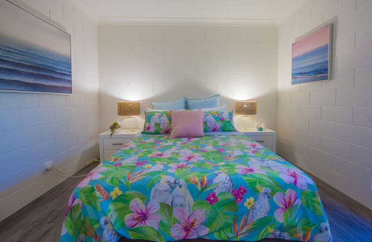 Retire at night in this beautiful bed with bed bug mattress protector and hotel quality linen