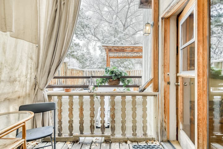 Quiet studio w/ jetted tub, balcony & garden views - close to town!
