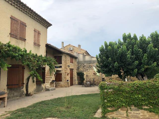 Joli mas provençal  avec piscine chauffée.