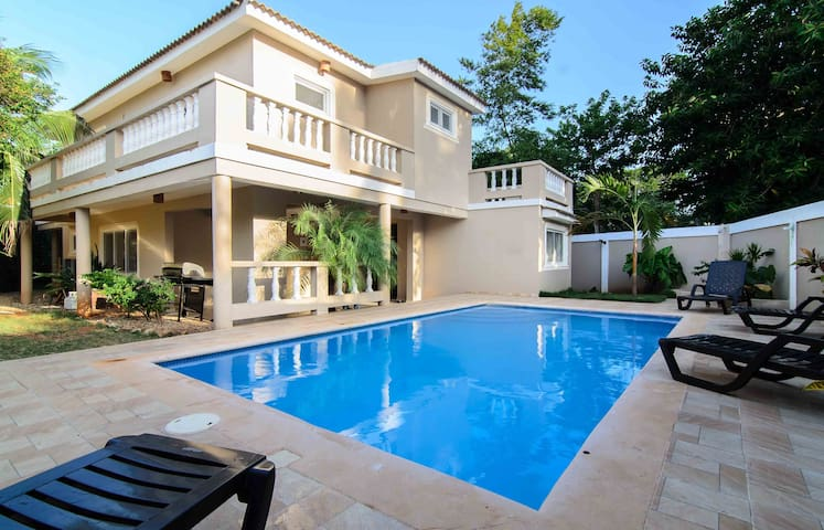 Beautiful Guest Friendly Villa 4 Bed, Pool, BBQ