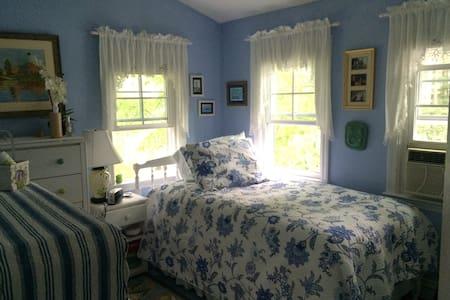 Sunny twin bedroom - Duxbury - House