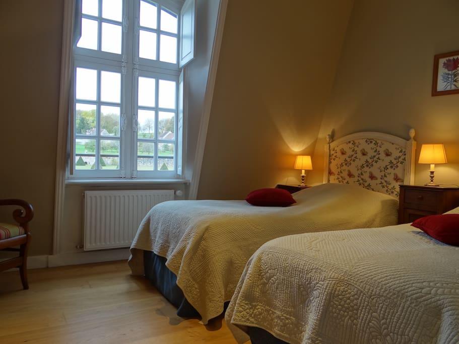 Room 2 : 2 singles beds