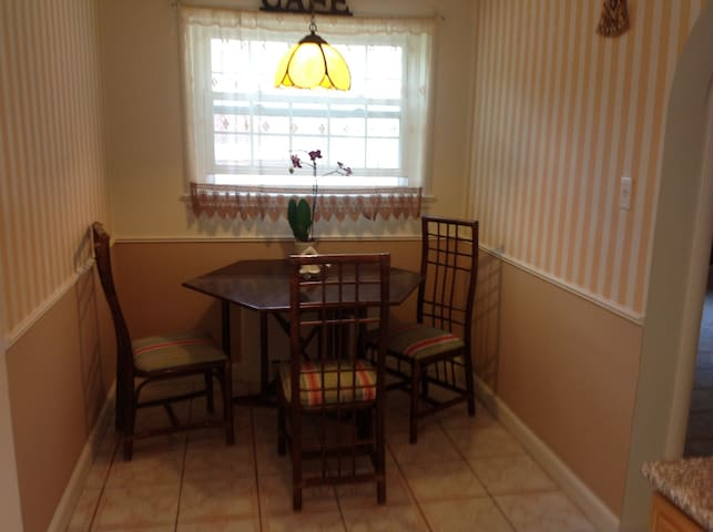 SUNNY SEPARATED ROOM IN BROOKLAWN ARIA