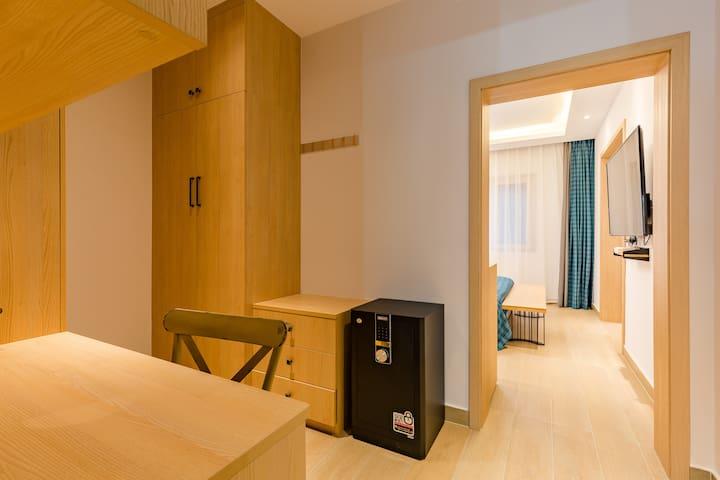 一楼主卧室1.8米床,衣帽间,梳妆台,写字台,带空调,风扇,高级床垫,床品,带独立卫生间,24小时空气能淋浴。