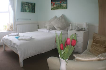 Great Willowherb Double Room at Coast B&B - Carbis Bay - 家庭式旅館