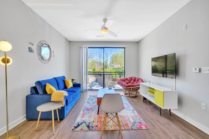 This apartment is 6.2 miles (10-15 min drive) from the Charlotte Douglas Airport and 1.6 miles (5-8 min drive) from Uptown Charlotte. Very walkable location!
