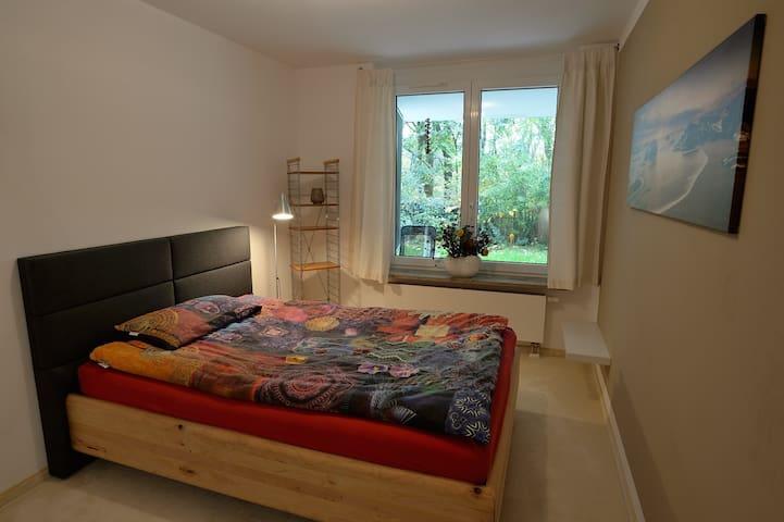 ruhiges zimmer messe 8 km fr hst ck appartamenti in. Black Bedroom Furniture Sets. Home Design Ideas