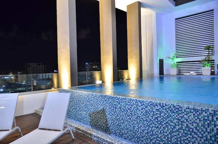 ★Luxury Condo Pool Best Loc DT| Free Airport RIDE★