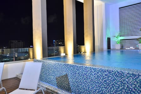 ★Luxury Condo Pool Best Loc DT| Free Airport RIDE★