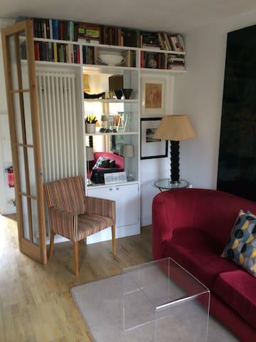 Bright and elegant Islington flat.  Self check-in.