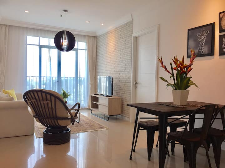Cozy & spacious place, lagoon pool, Pondok Indah