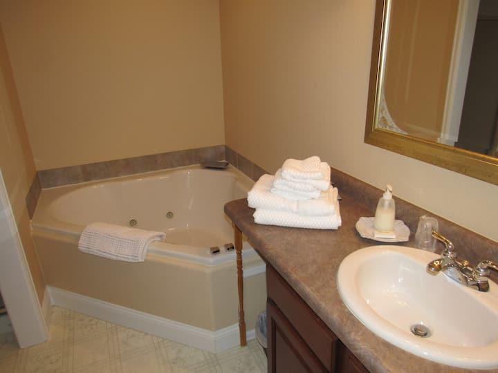 Monument Suite private bath, entrance & Breakfast