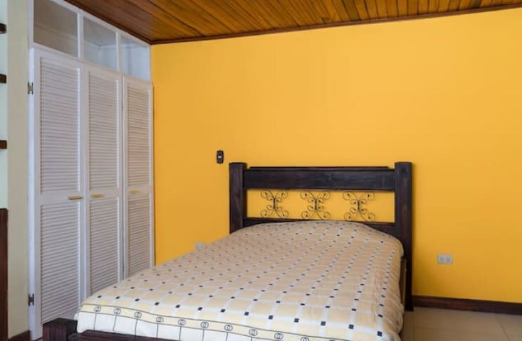 Room with bathroom near the Airport - Grecia - Haus