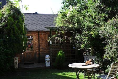 Cosy Garden Facing Log Cabin - Londra - Chalet