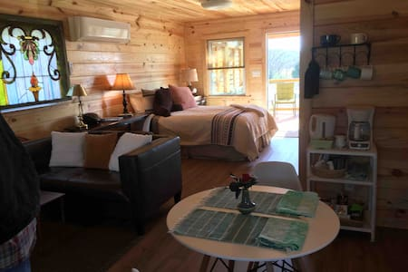 Beautiful Farm Cabin, Safe, Clean, Outdoor Areas