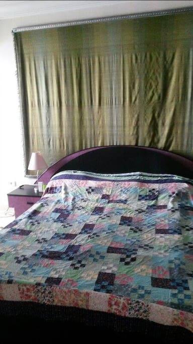 Une chambre à couche confortable pour 2 personnes, avec un grand lit