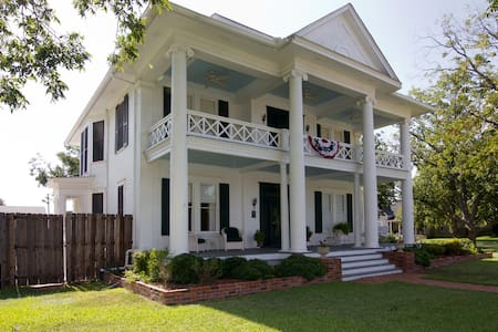 Pecan Manor B & B in Taylor TX - Taylor