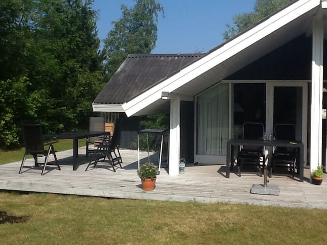 Great summer cottage near the beach - Højby - House