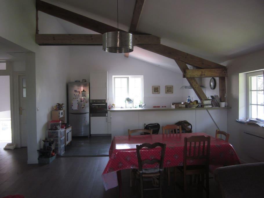 Cuisine et salle à manger vus depuis le salon