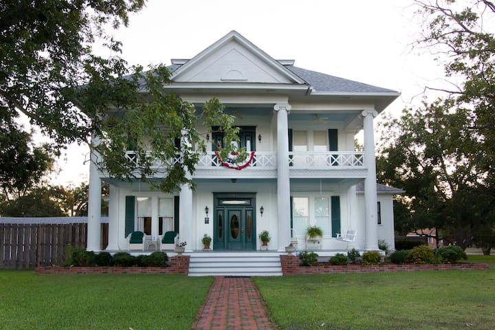 Pecan Manor Bed & Breakfast, elegance, grace, and a great porch swing!