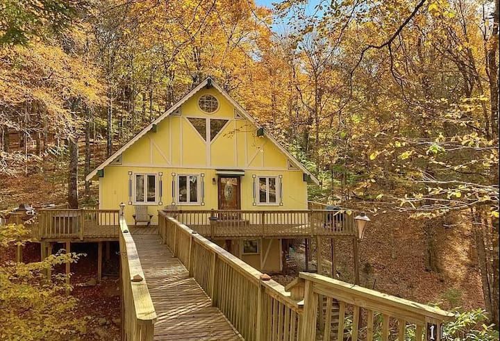 Creekside Happiness: NEW LISTING! Charming creekside cottage on Beech Mtn!