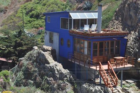 La casa está enclavada en la roca