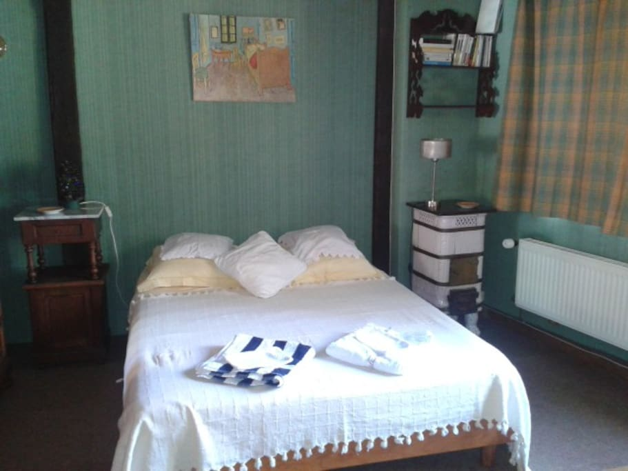 la chambre, lit de 140.