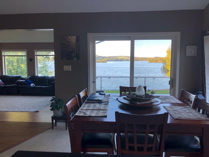 Waterfront home 5 min from Peterborough
