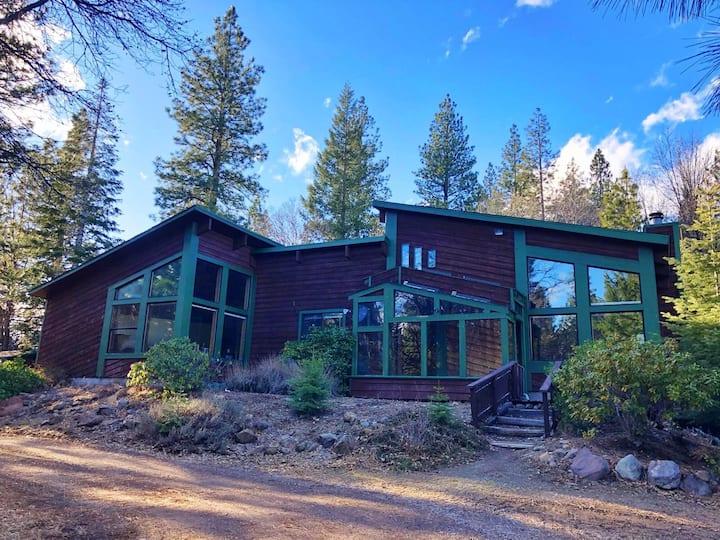Shasta Zen Retreat on 5 Acres w Amazing Views!