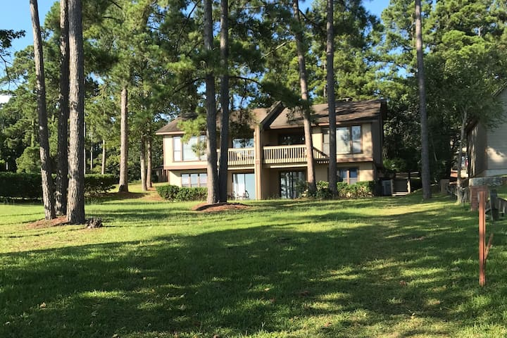 Great townhouse right on Rayburn lake!