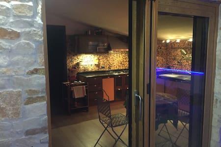 Mansarda arredata con terrazzo e barbecue - San Prisco