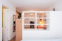 Mueble divisor con amplios cajones y placard con perchas para facilitar el guardado.