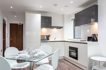 Luxurious 1 Bedroom Apartment, With Free Parking!